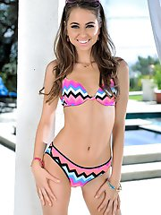 Riley Reid opens her top and shows her lush bangers